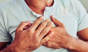 Причины возникновения давящей боли в грудине, при которой трудно дышать